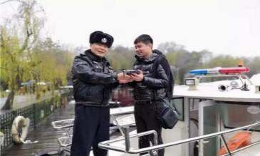 杭州:想拍雪景 无人机却坠入西湖