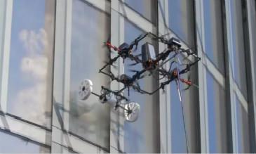 """无人机擦玻璃,能飞350米高,比人工快20倍,""""蜘蛛人""""会失业吗"""